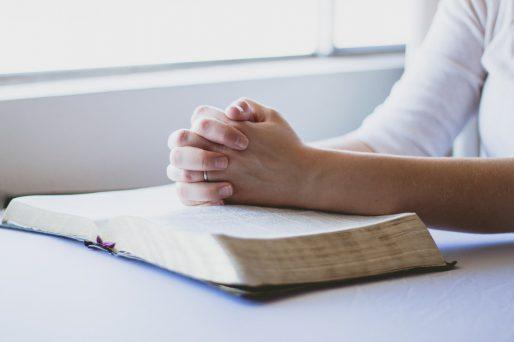 modlitwa-biblia-dlonie-fot-pixabay-cc0